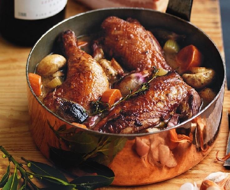 Coq-au-vin préparé avec nos propres coqs pour notre dîner au château